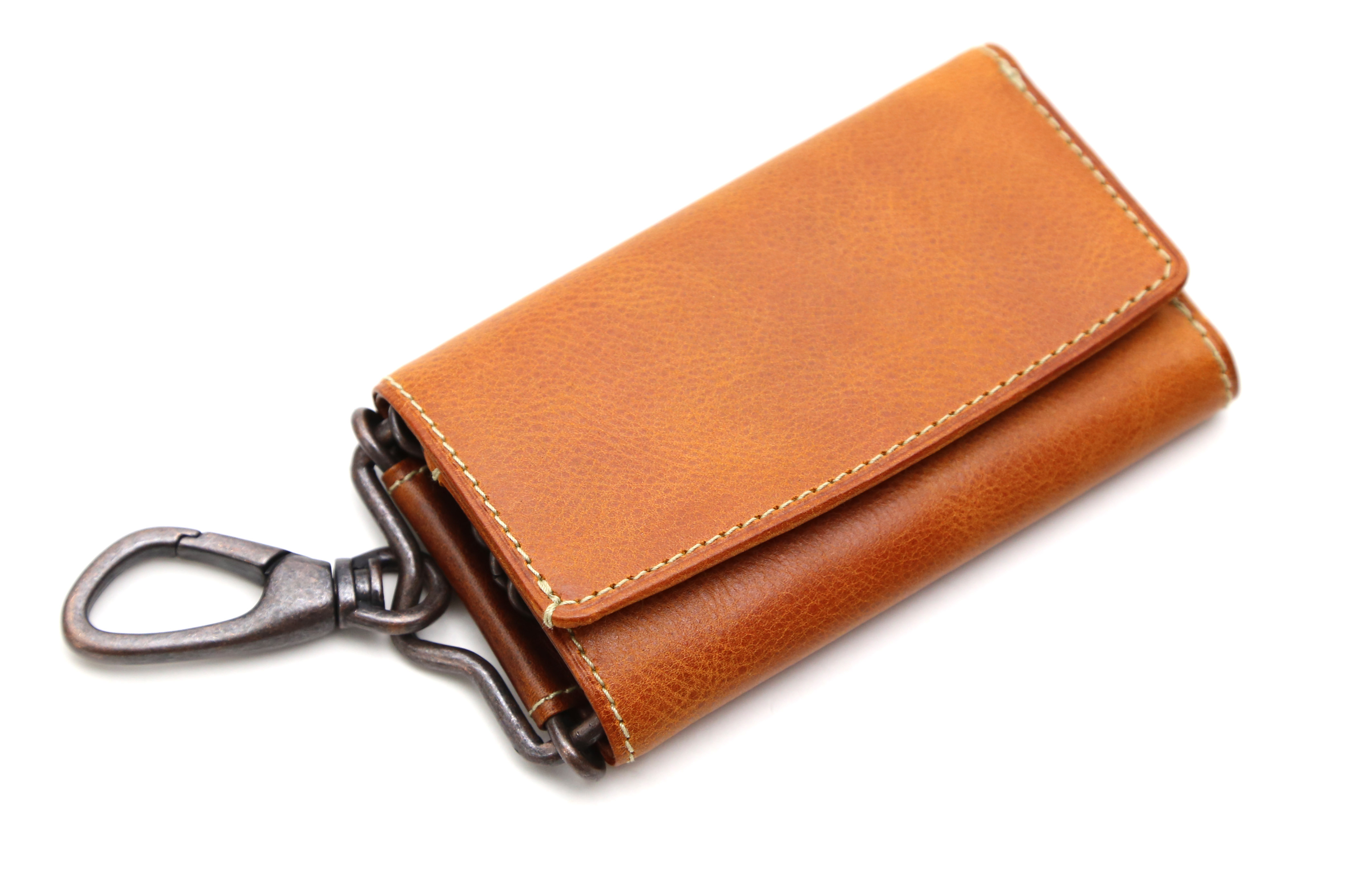 27b85228ab48 外装に取付けられたナスカン金具はパンツのベルトループや、 お使いのバッグ類に掛けて装いのワンポイントアイテムとしてもお楽しみいただけます。