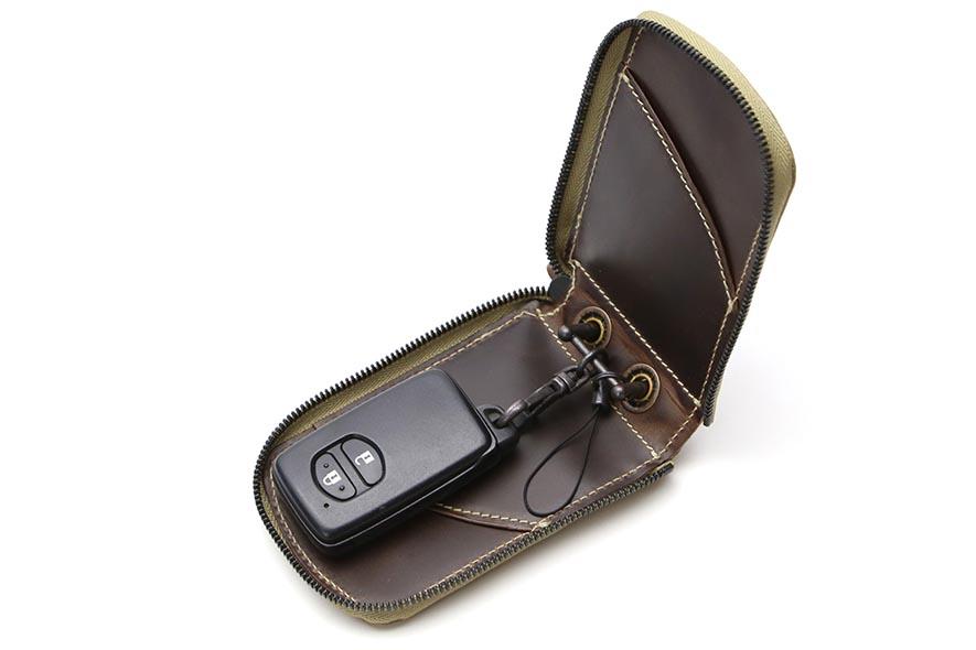 3c43abbb5bd4 ... 内装は、イタリアンオイルレザーを使用した総革仕立てになっています。 両サイドにカードの差し込みポケットと金具にはストラップ紐が付いています。  スマートキー ...